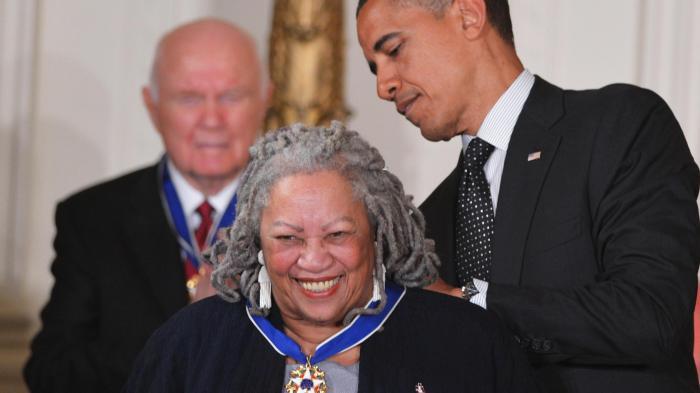 Toni-Morrison Received Medai From Barack Obama